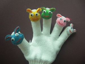 小さな人形を指先に縫い付けてあります
